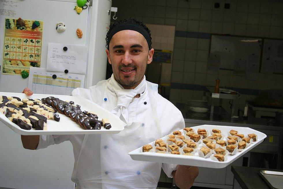 Zied Ben Chrouda, kterému se říká Zizu, již dva a půl roku tvoří netradiční zákusky a cukrovinky v lednickém My hotelu.