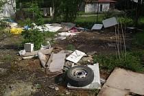 V blízkosti rybářské chaty v Kosticích někdo shromažďoval nepořádek, plasty a jiné odpadky.