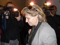 Mercedes Dietrichstein u břeclavského soudu. Archivní snímek.