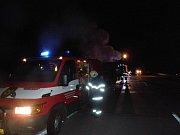 Dvě jednotky hasičů bojovaly s plameny. Polský tahač však nezachránily.