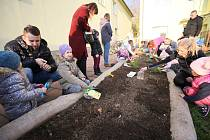 Z nové přírodní zahrady se radují děti v mateřské škole Kpt. Nálepky v Břeclavi.