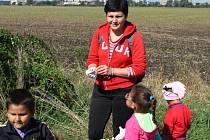 Jasný cíl si dali ve čtvrtek břeclavští Romové ve spolupráci s organizací IQ Roma servis. Uklidit ulici Na Širokých. Mezi zhruba šestnácti účastníky různě roztroušenými po dlouhé ulici byla řada mladých lidí.