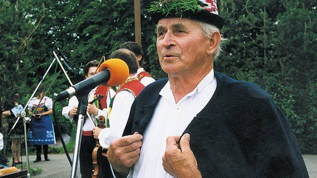 Folklorista Jaroslav Kovářík z Kobylí zemřel sedmnáctého března 2015. Na archivní fotografii v Krumvíři zpívá s cimbálovou muzikou Vonica.