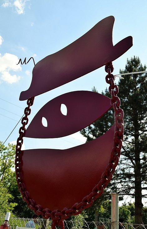 Členové novoveského spolku Vinaříček v obci odhalili třímetrovou tančící skleničku s podlužáckým kloboučkem. Ta je zároveň i logem šesti rodin vinařů, které spolek tvoří.