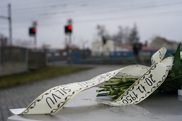 Nový památník obětem srážky vlaku a autobusu zprosince 1950na železničním přejezdu vPodivíně na Břeclavsku. Kvýročí ho odhalili představitelé Velkých Bílovic a Podivína.