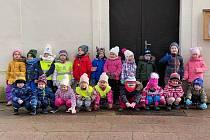 Děti z mateřské školy se převlékly do konstýmů, vzaly sebou zlato, kadiidlo a myrhu a vydaly se na cestu.. FOTO: Archiv školky