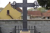 Litinový kříž připomíná na hřbitově v Ivani mladého pruského vojáka Wilhelma Bülowa, který v obci zemřel v roce 1866. Kříži i celému hrobu se nyní dostalo opravy.