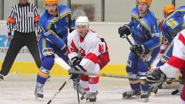 Břeclavští hokejisté (v modrém) na hody své fanoušky nepotěšili.