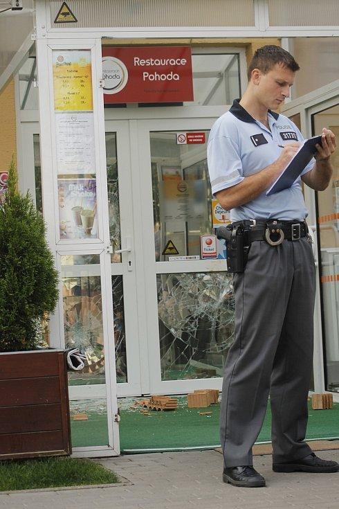 Fasádu a okna břeclavské restaurace Pohoda poškodil vandal, který si na to vzal cihly.