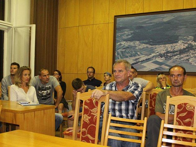 Ledničtí obyvatelé přišli na zasedání zastupitelstva obce v hojném počtu. V místnosti jich bylo více než padesát.