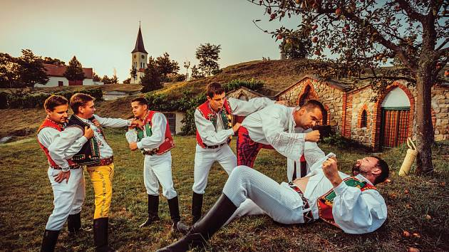 Sedm boleradických šohajů nafotilo folklorní kalendář. Téma každého snímku je spojené s nějakou lidovou písní a zároveň činností typickou pro daný měsíc. Na některých snímcích se šohaji z krojů i odvážně svlékli.