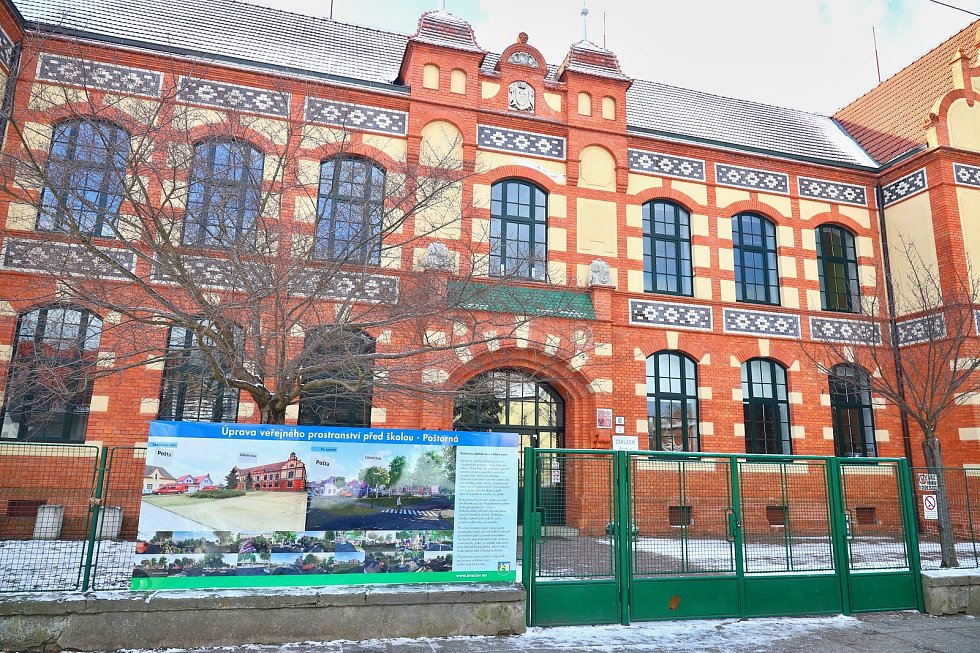 Prostor před poštorenskou Základní školou Komenského se změní v odpočinkovou zónu.
