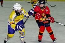 Břeclavan (ve žlutém) bojuje na turnaji o puk s hráčem slovenského Ružinova.