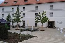 V soutěži o nejkrásnější památku Jihomoravského kraje je i několik z Břeclavska, například sýpka ve Velkých Pavlovicích, nyní hotel Lotrinský.