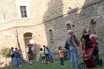 Žonglující kejklíři, kartářka, trubadúři i noční prohlídky. Na nádvoří podivínského Janohradu si v sobotu užili dospělí i děti.