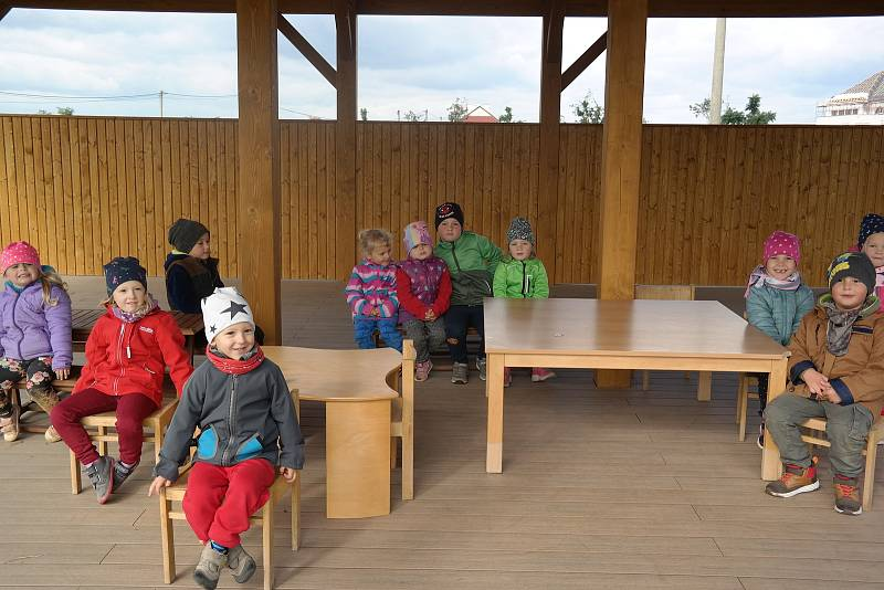 Neoveským dětem slouží nový zahradní altán.
