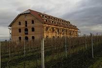 Za Rakvicemi mezi vinohrady vyrůstá penzion s vinárnou. Budova, jež dominuje širokému okolí, patří tamnímu vinaři Oldřichu Michlovskému.