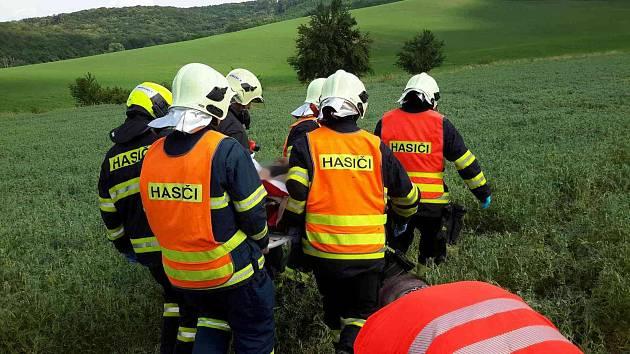 Pro zraněného motorkáře přiletěl vrtulník záchranářů k obci Diváky. Asistovali hasiči.