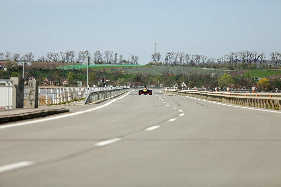 Silnice přes vodní nádrž Nové Mlýny mezi Strachotínem a Věstonicemi byla několikrát uzavřená kvůli natáčení reklamního spotu firmy Redbull. Cestu několikrát prolétla závodní rychlostí formule 1.