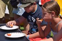 Děti si zasoutěžily v pojídání osmi půlek meruněk