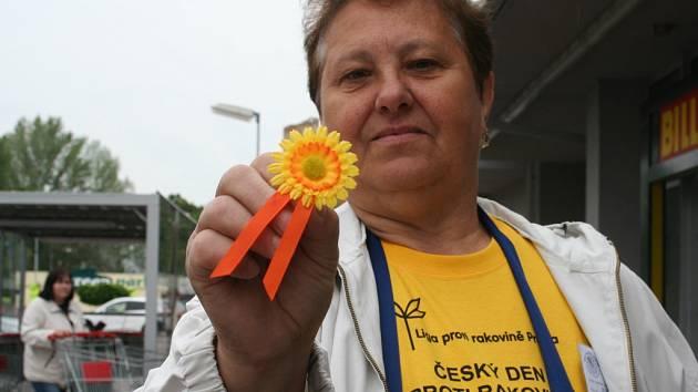 Břeclavanka Marie Fatěnova je jednou z lidí, kteří nabízeli v ulicích města kytičky symbolizující boj proti rakovině.
