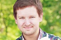 Učitel Petr Vlasák se rozhodl bojovat s nezájmem školáků o knihy a založil v Lanžhotě školní knihovnu. Novinky nakoupil přes školu, většinu knih však darovali různí lidé. I jednatřicetiletý učitel sám obětoval část vlastní knihovny.