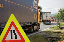 Obyvatelé Sedlece pociťují značný nárůst počtu aut, která projíždějí v červencových dnech obcí. Kvůli opravám silnice a omezení v dopravě.