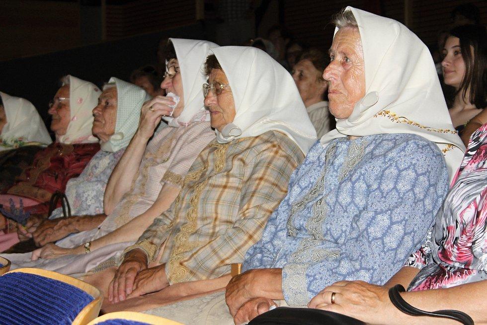 V břeclavském kině Koruna v pondělí pokřtili novou knihu Víchernice. Zaměřuje se na mizející babičky, které oblékají lidové kroje. Kmotr knihy je herec Zdeněk Junák.