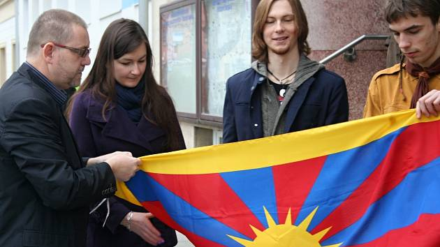 U břeclavské radnice zavlála v neděli ráno tibetská vlajka.
