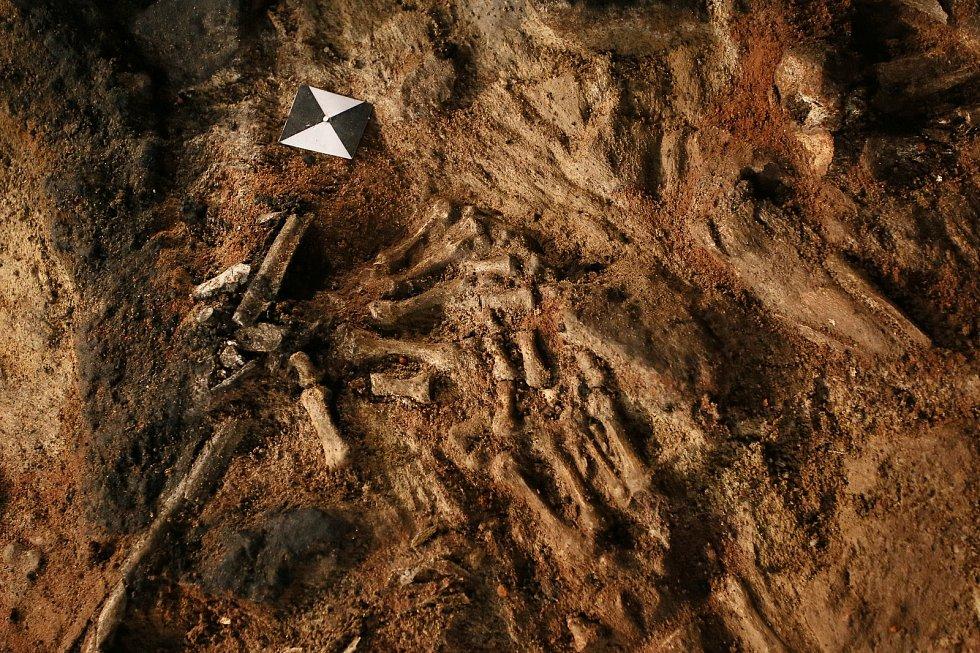 Archeologové nalezli na dně hradeb břeclavského zámku kostry tří lidí, kteří pravděpodobně zemřeli násilnou smrtí.