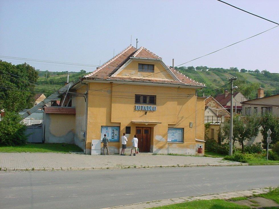 Stoleté výročí od založení Orla si připomenou také v Boleradicích, kde tamní budova spolku slouží zároveň i jako divadlo.