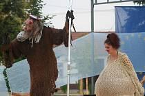 Na didaktickou klaunikyádu se do parku Rasovna přišlo podívat  několik desítek lidí.