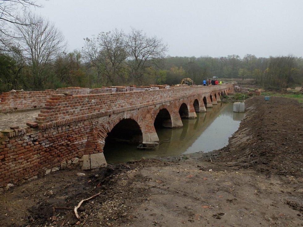 Cihlový most Portz Insel mezi Mikulovem a Sedlecem opravují.