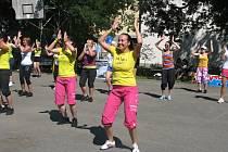 Na rytmy hip hopu, taneční muziky a hlavně latinskoamerické hudby tančila na lednickém hřišti bezmála stovka žen i mužů. Zúčastnili se několikahodinové taneční akce nazvané Open Air Zumbapárty.