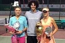 Břeclavanka Linda Dubská (vpravo) pózuje se svým prvním pohárem z turnaje ITF. Na fotce s partnerkou ze čtyřhry a svým trenérem Adamem Vejmelkou.