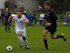 Fotbalisté Lednice (v bílém) otočili zápas s Rakvicemi v poslední pětiminutovce.
