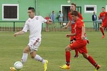 Fotbalisté Lanžhota (v bílém) ubránili proti Mikulovu nejtěsnější vedení a postup v krajském poháru.