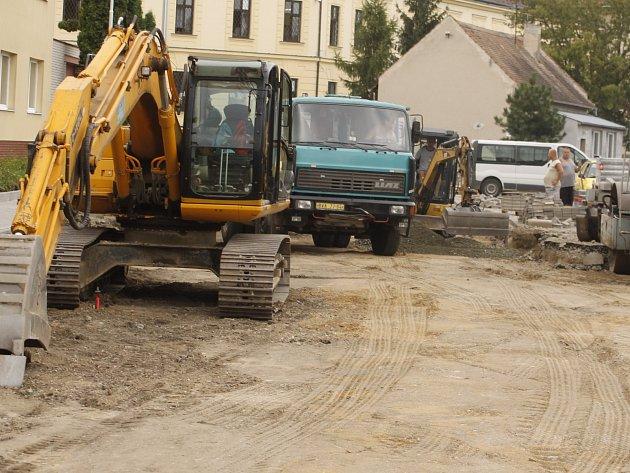 Dělníci opravují silnici ve Veslařské ulici v Břeclavi. V pracích pokračují oproti původnímu harmonogramu i přes léto.