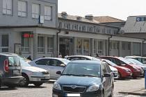 Parkoviště před břeclavským vlakovým nádražím využívají přes den desítky řidičů. Někdy mají problém najít volné místo.
