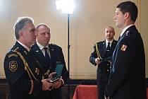 Předávání hasičských medailí. Medaili za statečnost obdržel nadstrážmistr Petr Hlávka (vpravo) z Velkých Pavlovic .