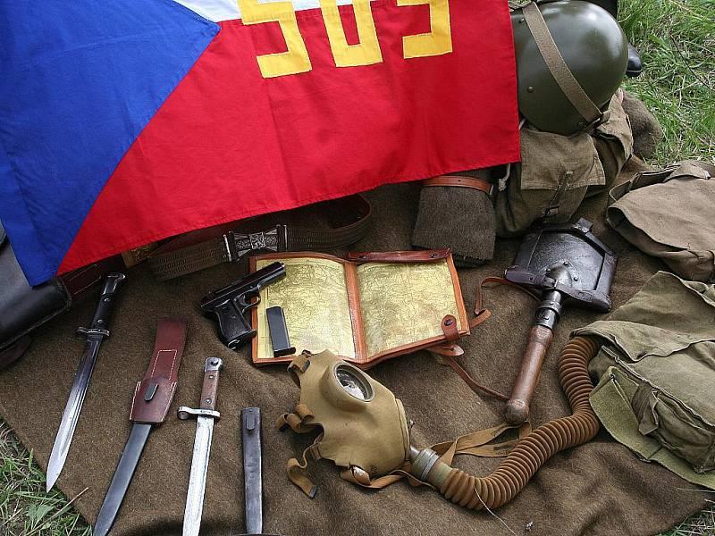 Do Křepic v pátek dorazili nejen vojenští nadšenci. Na chátrající rozhlednu originální konstrukce se přijeli podívat i další zvědavci a pamětníci.