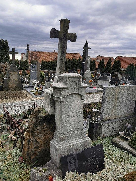 Restaurátor Michal Navrátil obnovuje pomníčky dětem utonulým v řece Dyji na Nových Mlýnech v roce 1936 a také pravděpodobně nejstarší pomníky dvou rakvických farářů.