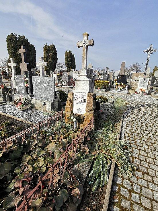 Restaurátor Michal Navrátil obnovuje na rakvickém hřbitově památníčky dětem utonulým v řece Dyji na Nových Mlýnech a pomníky dvou rakvických farářů.