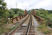Tragédie na trase mezi Břeclaví a Bořím Lesem. Z osobního vlaku vypadl strojvedoucí, zemřel.