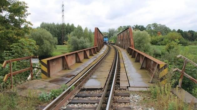 Tragédie na trase mezi Břeclaví a Bořím Lesem. Z osobního vlaku vypadl průvodčí, zemřel.