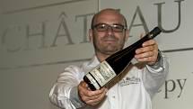 David Šťastný s lahví vítězného Merlotu.