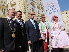 Společné zasedání vlád České republiky a Slovenska hostí Valtice. Premiéři Sobotka a Fico se i se svými kabinety sešli na zámku.