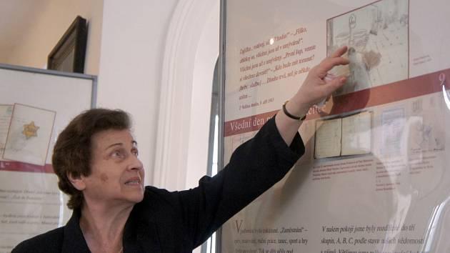 Putovní výstava s názvem Děvčata z pokoje 28, L 410, Terezín. O všedním životě v terezínském ghettu vypráví několik panelů v obřadní síni židovského hřbitova.
