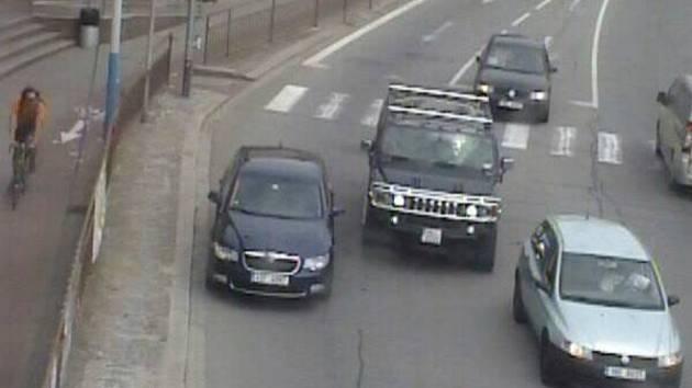 Řidič zaparkoval auto (na snímku vlevo) ve světelné křižovatce na hlavním tahu v Břeclavi.