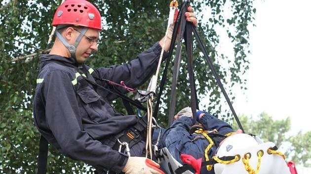 Záchranáři se učili vzájemně spolupracovat při záchraně lidského života a vyzkoušeli také nová nosítka